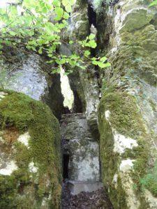 rocher fendu au Châtelet de Lizine