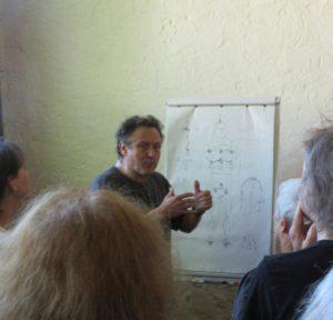 Thierry Baë explique schéma à l'appui