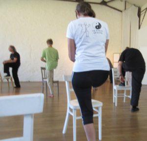 travail du kua sur une chaise