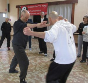 self-defense reculer