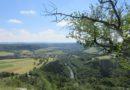 Depuis Malbrans : rocher de Colonne et chapelle du Croc pour une vue sur la vallée de la Loue